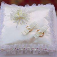 Перламутрово-белая подушечка для колец на свадьбе у Славы и Насти