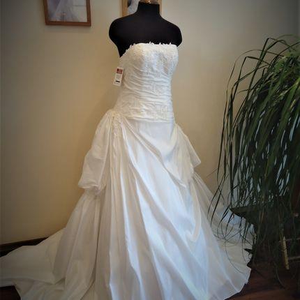 Платье цвета айвори со шлейфом