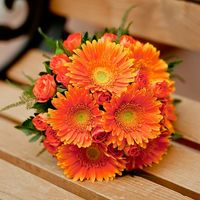 Оранжевый букет невесты из роз и гербер