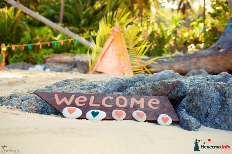 Надпись добро пожаловать красиво оформленная на коричневой дощечке украшенная сердечками на ракушках - фото 487497 TropicPic-Фотосъёмки в Таиланде, Бали, Мальдивах