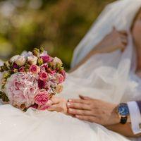 Розовый букет невесты из пионов, роз и рубуса