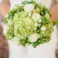 Букет невесты в круглом стиле из белых роз, гортензий и зеленых ягод гиперикума