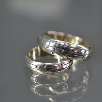 Обручальные кольца. Изготовлены для музыкантов. Под выгравированную мелодию будущие муж и жена познакомились. Белое золото.