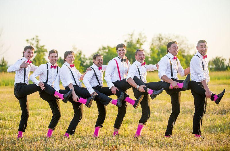 """Друзья жениха на поляне в белых рубашках с розовыми бабочками , черных брюках на подтяжках розовых носках - фото 2324250 Свадебное агентство """"Loving Hearts"""""""