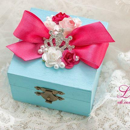 Шкатулка для колец бирюзового цвета с декором цвета фуксии.