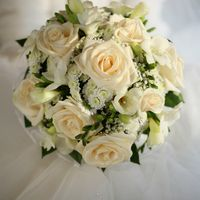 букет невесты выполненный из роз кремового цвета и кустовой хризантемы.