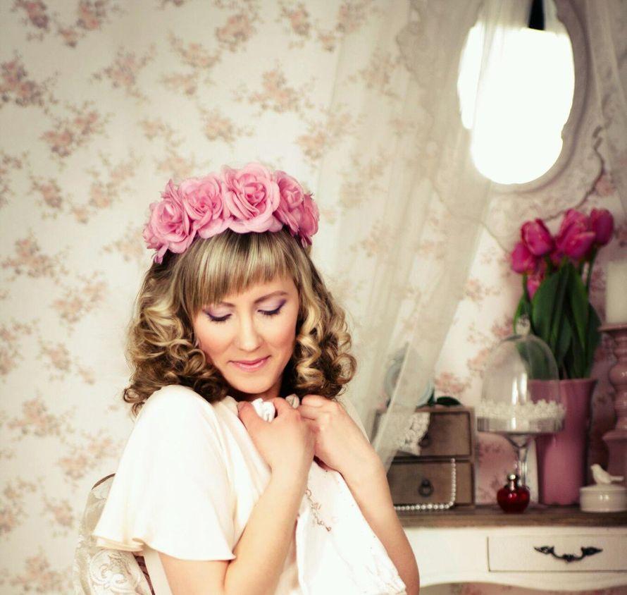 Распущенные локоны невесты украсил венок с крупными розовыми розами - фото 2325486 Стилист-визажист Инна Соловьева