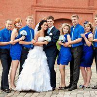 Жених, невеста их друзья и подружки в синем