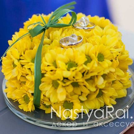 Подушечка из желтых хризантем