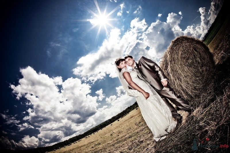Жених и невеста стоят, прислонившись друг к другу, в поле - фото 48910 Valery