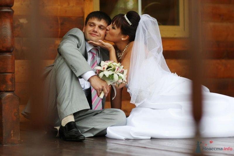 Жених и невеста сидят на полу на фоне дома - фото 52764 justy4ka