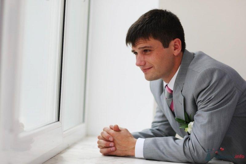 Классический серый костюм жениха  с серо-красным галстуком, белой рубашкой и белой бутоньеркой в петлице пиджака - фото 52766 justy4ka