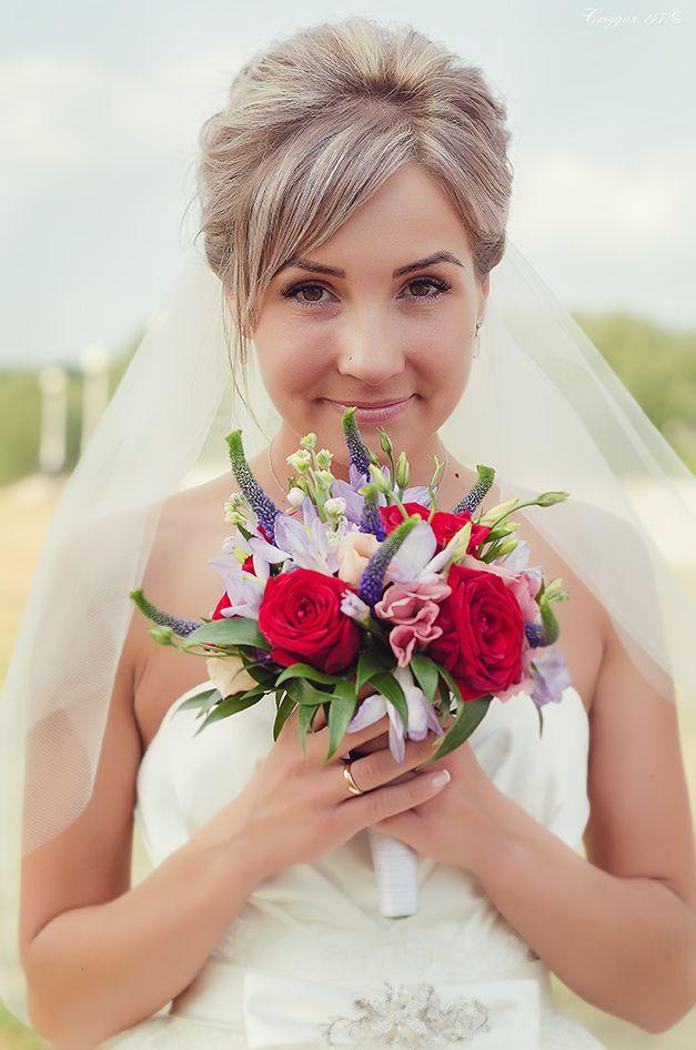 Букет невесты из синей вероники, красных роз, сиреневых орхидей, белых танацетумов и розовых эустом  - фото 3525413 Фотограф Наталья Лиса