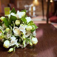 букет из эустомы, роз и белых тюльпанов