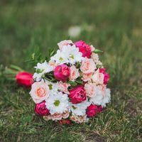 Букет невесты из белых ромашек и розовых роз