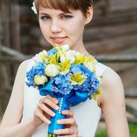 Невеста с букетом цветов, синий цвет свадьбы.