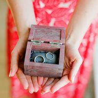 Коричневая деревянная шкатулка с кольцами