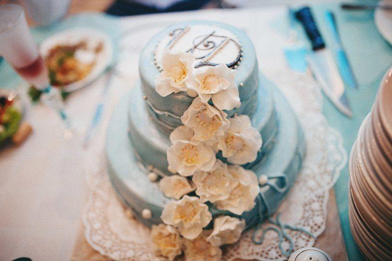 """Трехъярусный торт нежно мятного цвета, по торте украшения в виде цветочков. - фото 3340343 Праздничное агентство """"Разгуляй"""""""