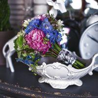 Букет невесты из розовых пионов и голубых дельфиниумов