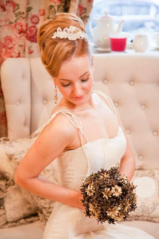 Романтический образ невесты выражен в прическе из длинных локонов собранных в пучок на затылке с кружевным украшением - фото 2485159 Визажист, парикмахер-модельер Маргарита Литвин