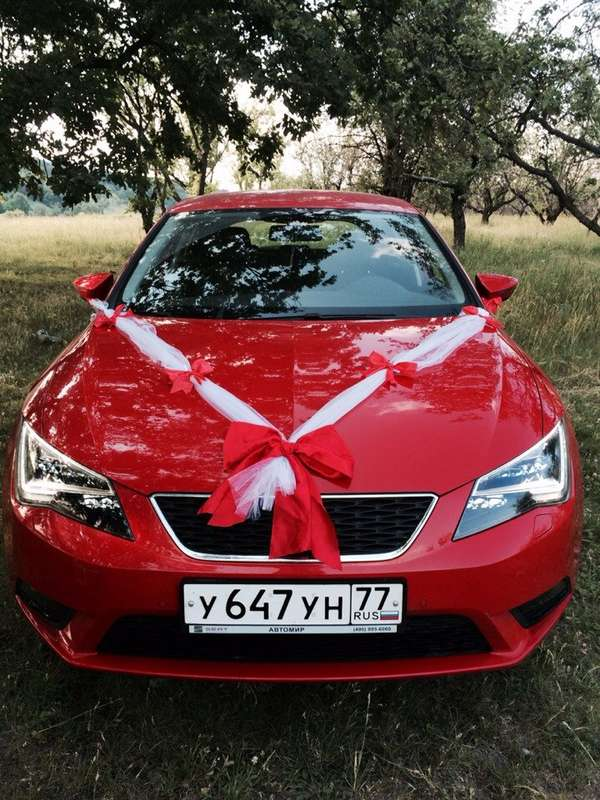 Красный автомобиль украшенный белыми лентами и красными бантами. - фото 2503945 Юрий Лыков - автомобиль на свадьбу