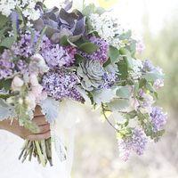 Букет невесты в сиренево-зеленом цвете для весенней свадьбы из сирени