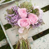 Оригинальный букет невесты в стиле рустик из роз и сирени