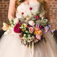 Асимметричный букет невесты из фиалок и роз
