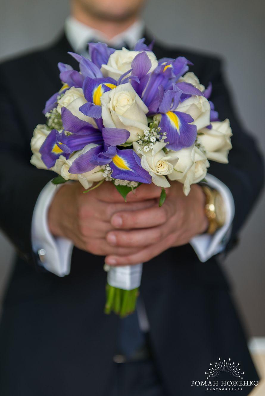 Магазины цветов, букет невесты с белыми розами и ирисами