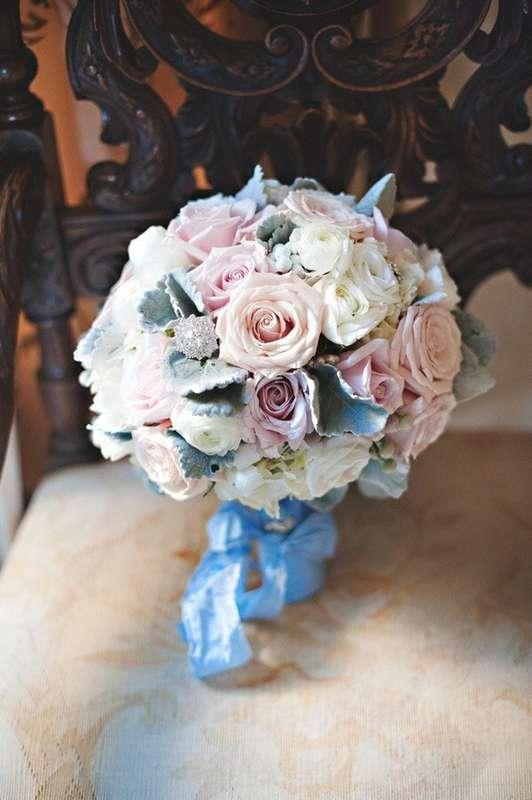 """Букет невесты из белых ранункулюсов, розовых роз и зеленых листьев шалфея, декорированный голубой лентой  - фото 3087137 """"Маэстро"""" - свадебное оформление"""