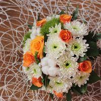 Букет невесты из белых астр, зеленых хризантем и оранжевых роз