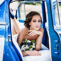 Фото невесты в ретро машине. Черничная свадьба. Blueberry wedding