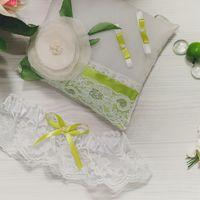 Подушечка для колец и подвязка для невесты в желто-зелёных тонах