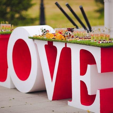 Стол в форме слова Love, цена за сутки