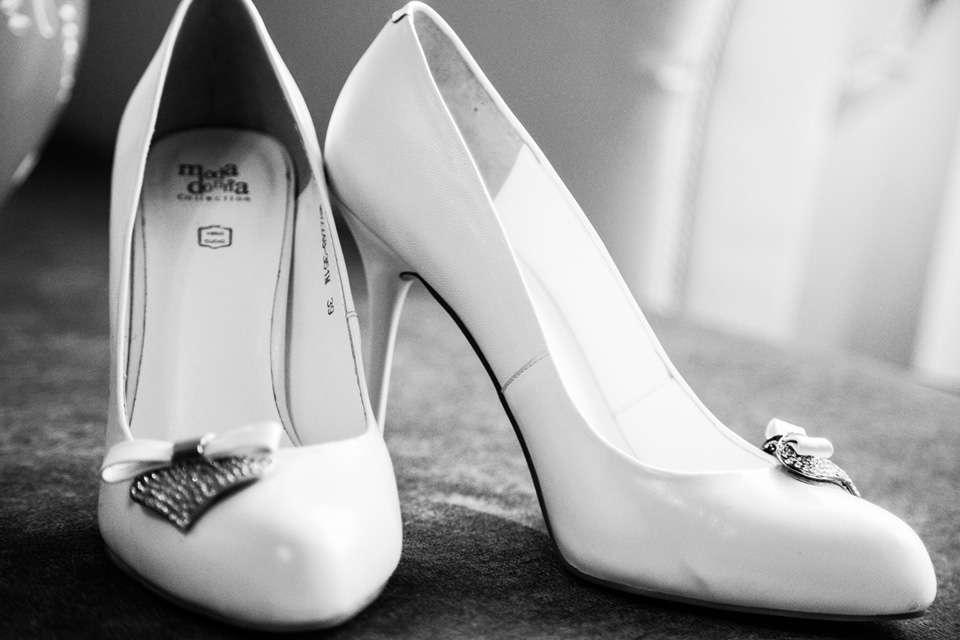 Белые туфли лодочка на шпильке с милым бантиком. - фото 2625113 Александр Высокин, фотограф