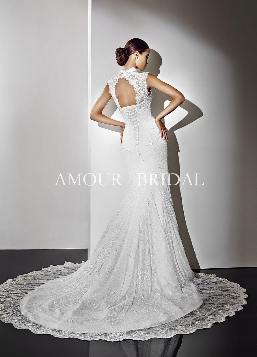 Прямое кружевное платье со шлейфом, на шнуровке и с овальным вырезом на спине  - фото 2965949 Свадебный салон Lora