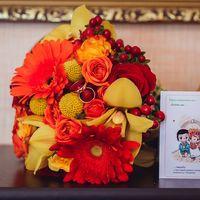 Свадебные приглашения в стиле Лав Из..) и букет невесты в желто-красной гамме из гербер, роз и орхидей