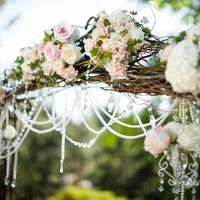 Деревянное плетение свадебной арки с розами и кристаллами