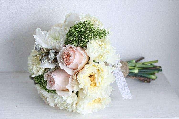 Букет невесты из белых хризантем и эустом, серой брунии и зеленого седума, розовых роз, декорированный коричневой бечевкой и - фото 2667767 свадебный распорядитель Мария Фомина