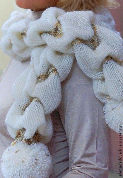 Связанный шарф заворачивается