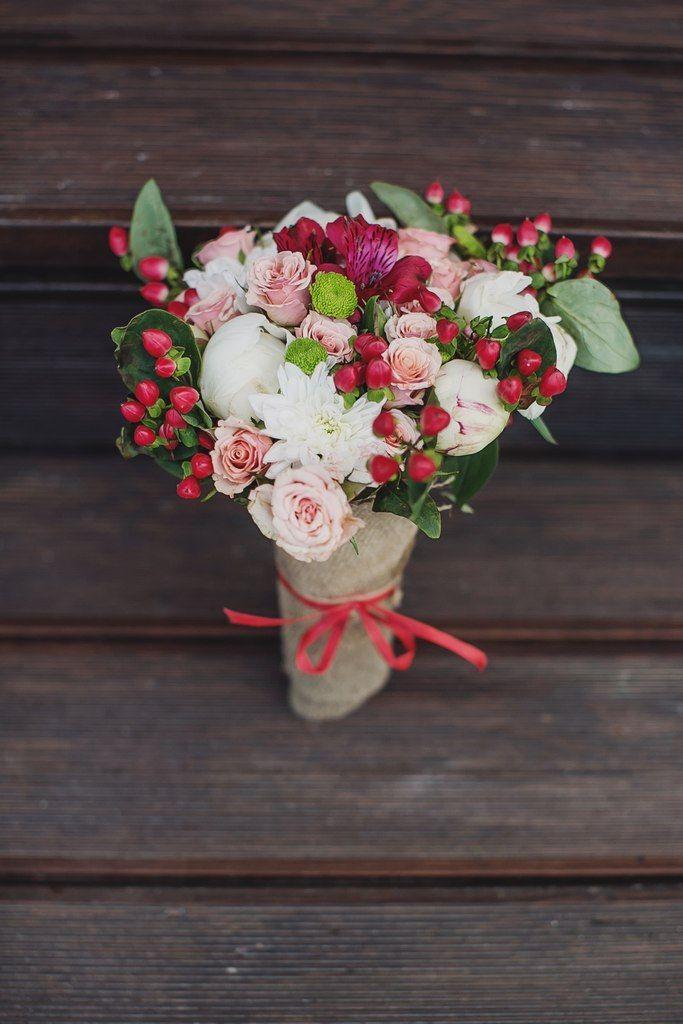 Букет невесты с розовыми ягодами гиперикума, букеты