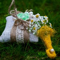 Льняная подушечка для колец на ромашковой свадьбе