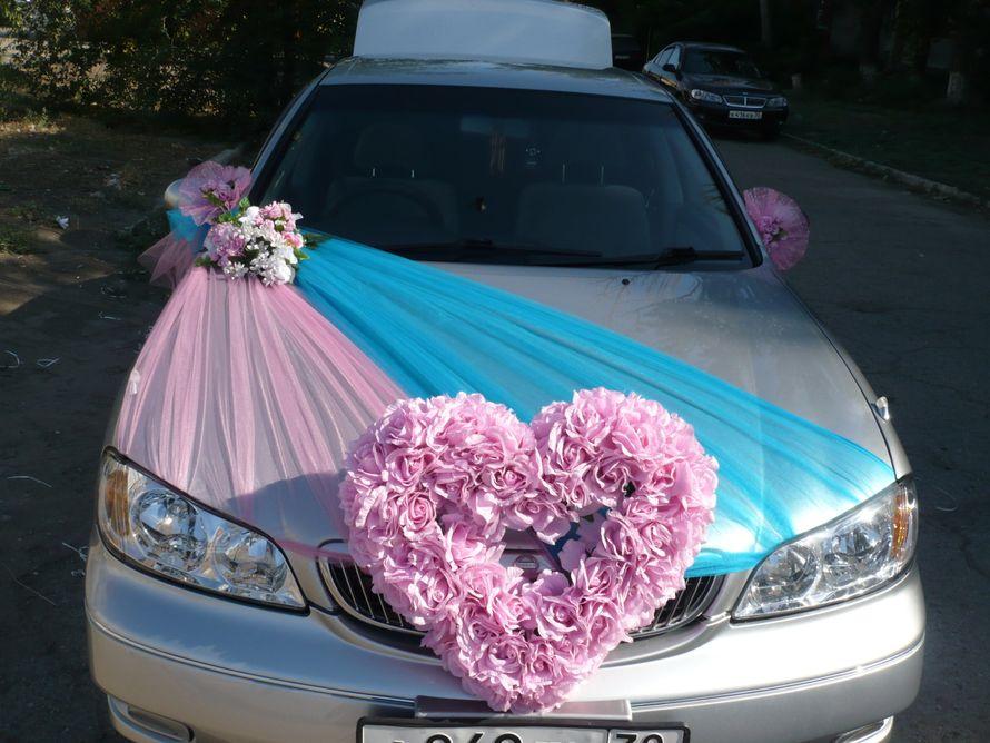 """Серебристый автомобиль украшенный большим сердцем из рос и розовым букетом на шлейфе из розового и голубого фатина. - фото 1128609 Организация праздников """"Арромей"""""""
