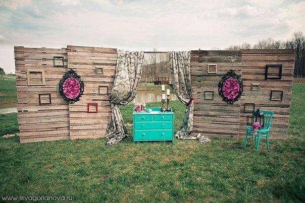 Квадратная арка в виде фрагмента стены с композицией из живых цветов, задрапированная серой с рисунком плотной тканью, на фоне - фото 2763031 Добрый Фей - организация свадьбы