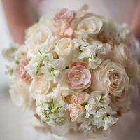 Нежный букет невесты в бело-розовых тонах из фиалок и роз