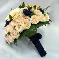 Букет невесты из синих и нежно-розовых роз и гербер