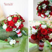 Яркий Букет Невесты из бархатной красной кустовой розы и ароматной фрезии!