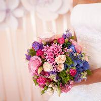 Букет невесты из гортензий, роз, фиалок, хризантем и оринитогалума в розово-голубых тонах