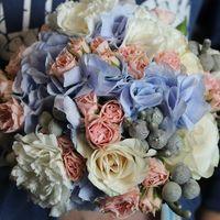 Акварельный букет невесты с розами, брунией, голубой гортензией и кустовой розой