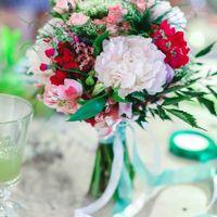 Букет невесты из белых пионов, красных альсромерий и зелени